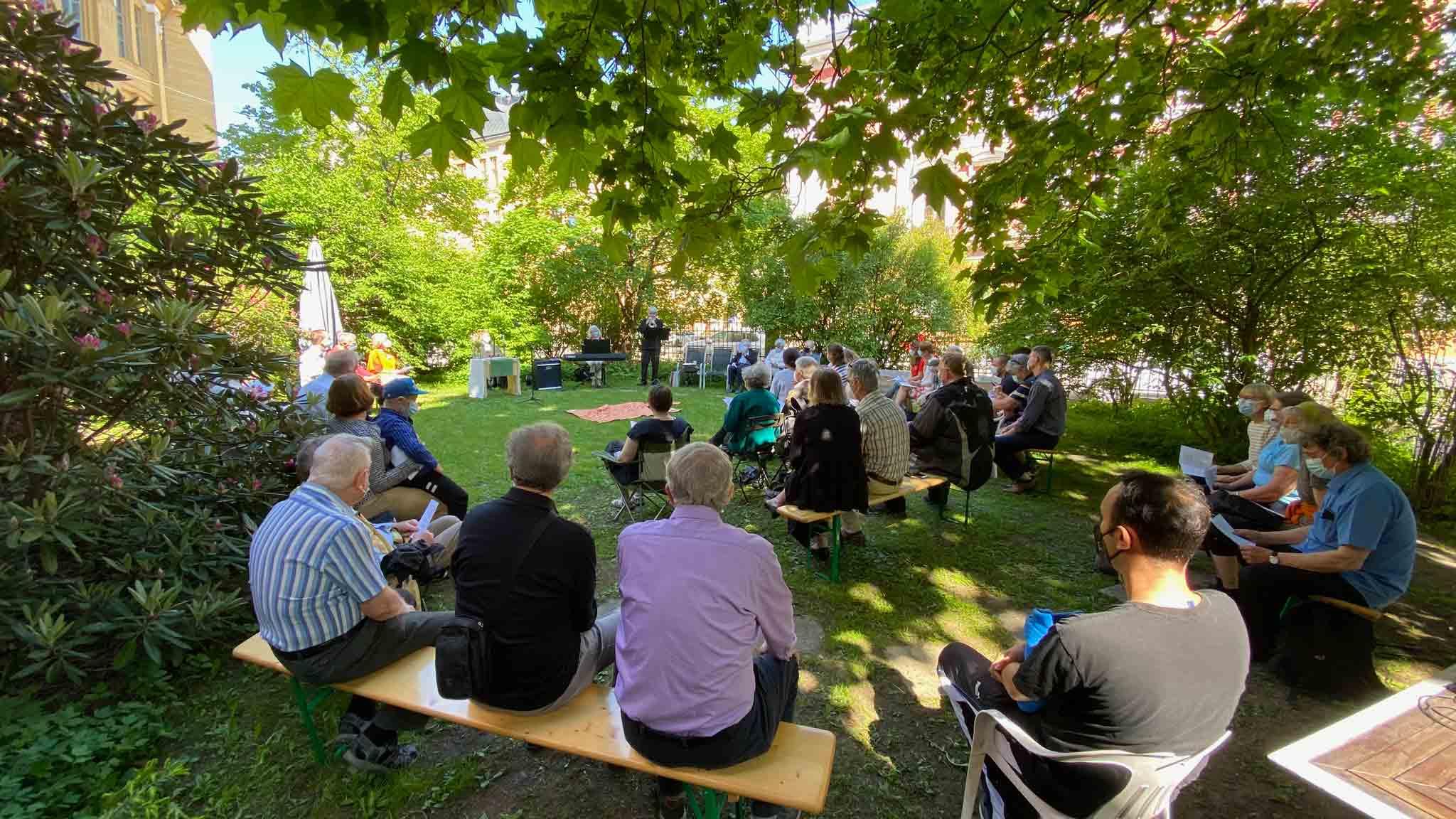 Picknickgottesdienst am 6. Juni 2021 im Garten der Deutschen Kirche in Helsinki